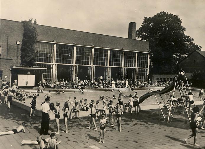 Het Sportfondsenbad in 1950, het binnen- en toenmalige buitenbad waren gelijktijdig in gebruik.