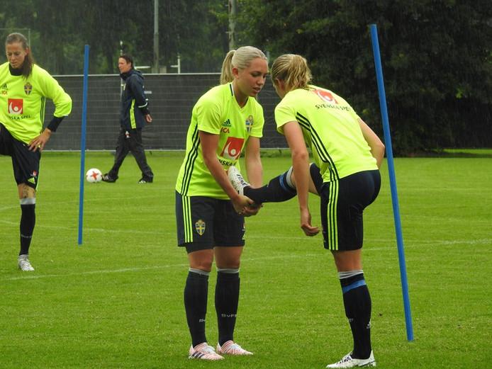 Training van het Zweedse dameselftal op sportpark Hengelder. Foto: DCS