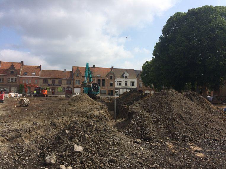 Aan de oostzijde van de kerk zijn de grondwerken bezig.