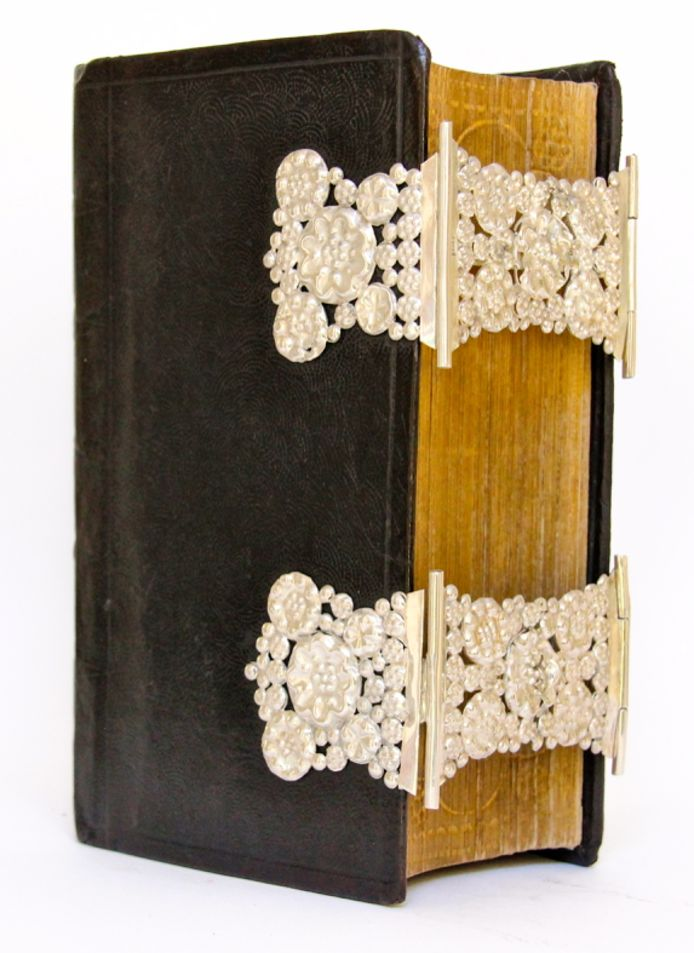 Fries bijbeltje met zilveren beslag. Het beslag is in 1868 in Leeuwarden gemaakt. De prijs voor dit bijbeltje is € 425,- Te koop bij Peter Dullaert op de Deventer Boekenmarkt.