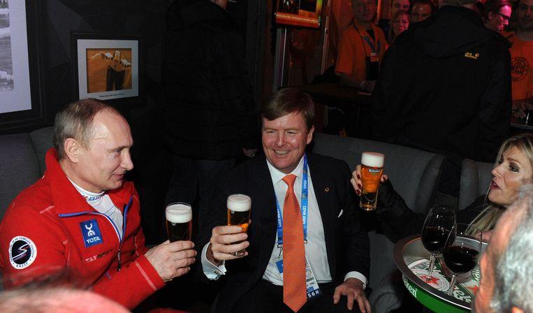 President Poetin drinkt een biertje met de koning en koningin. Beeld null