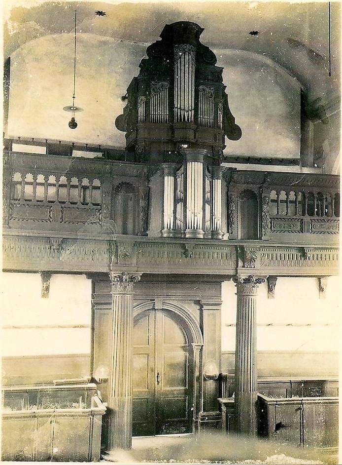 Kerkinterieur van de voormalige kerk van Nispen met orgel en koorballustrade. De opname dateert waarschijnlijk uit circa 1910. Foto Collectie Heemkundekring de Heerlijckheijd Nispen