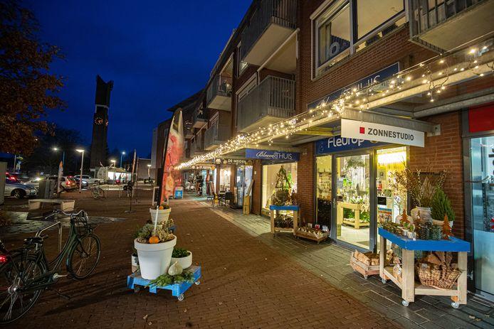 De kerstverlichting hangt weer in het winkelcentrum van Swifterbant.