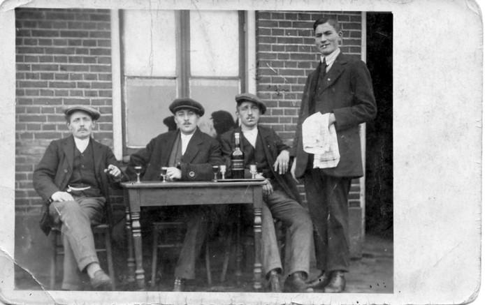 Cafe Richters aan de Schipholtstraat, Bernard Richters (rechts) met een drietal gasten. Datum onbekend. Foto uit het boek Nou vooruit, nog eentje dan van de Historische Kring Glanerbrug.