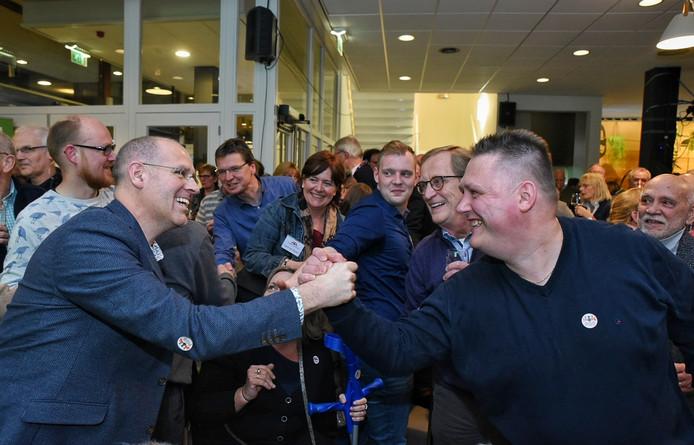 PGB-lijsttrekker Carlo van Esch (links) viert de overwinning met Roel van den Bersselaar, die als nummer 6 ook in de raad van Oisterwijk leek te zijn gekozen. Een dag later werd hij echter voorbijgestreefd door twee jonge vrouwen met voorkeurstemmen, Myrte Hesselberth en Stefanie Vulders.