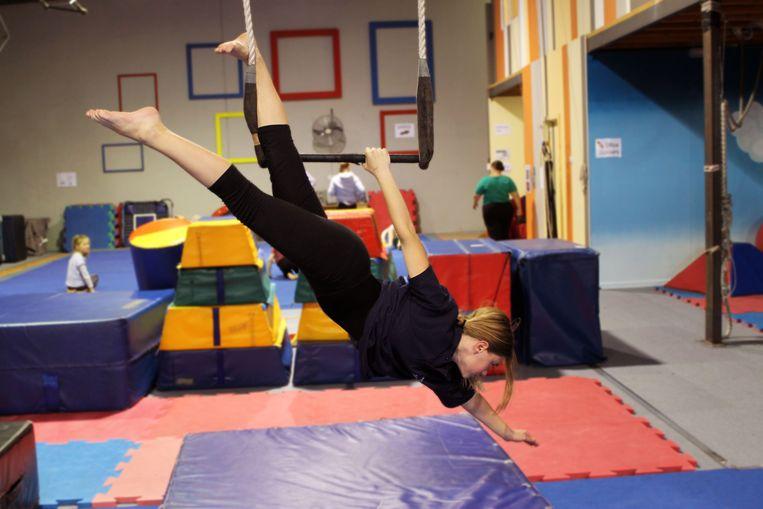 In Circus Kummelé leren kwetsbare jongeren allerlei acrobatische stunts.