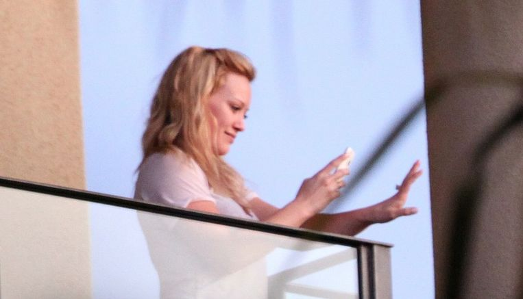 Hilary Duff fotografeert haar diamanten verlovingsring.