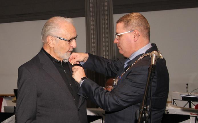 Henk Fioole en burgemeester Marcel Delhez.