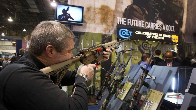De stand van Colt op een wapenbeurs in Las Vegas. Foto uit 2013.