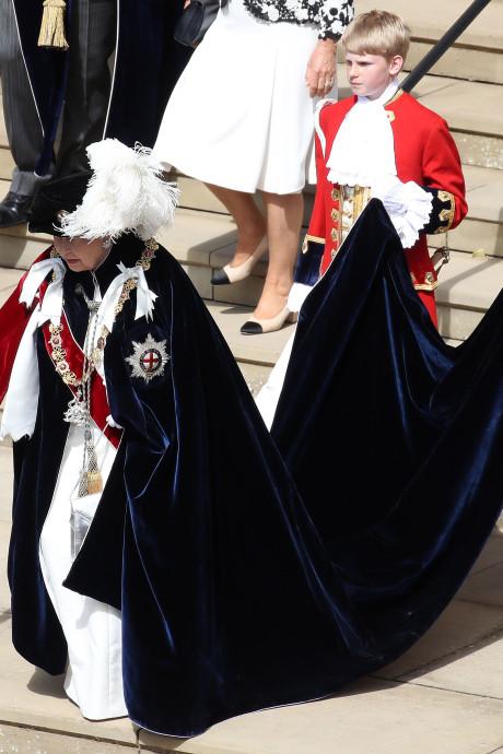 Koning treedt tijdens 'verkleedpartijtje' toe tot Orde van de Kousenband