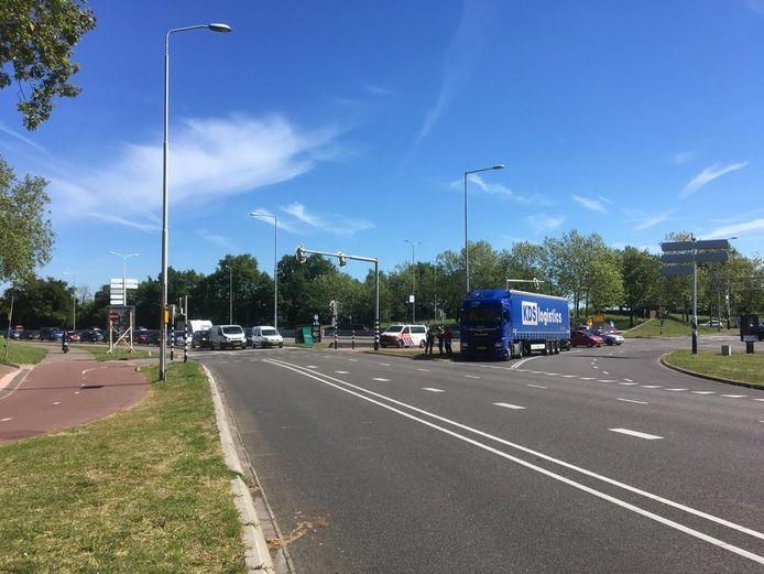 Voor de derde keer in zes dagen tijd is een chauffeur met zijn vrachtwagen de Waalbrug opgereden.