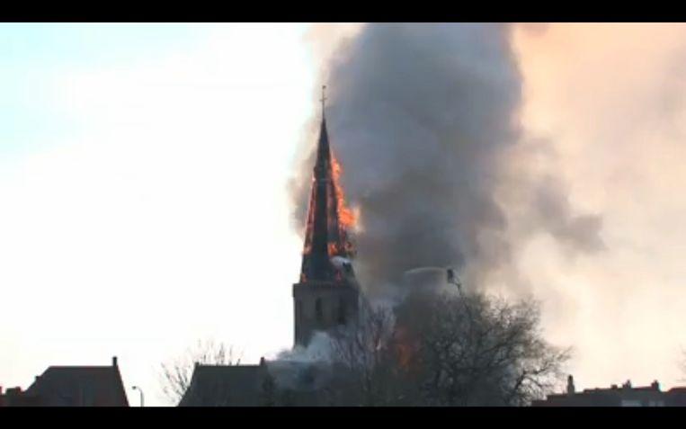 De vorige torenspits ging helemaal in vlammen op.