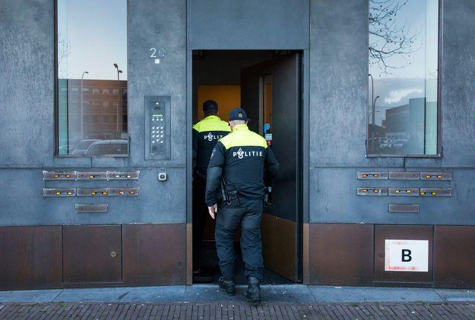 Agenten doen onderzoek in de Haagse wijk Ypenburg tijdens een grote actie tegen spookbewoning.