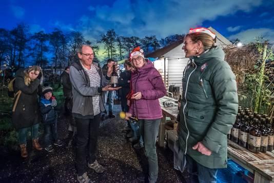 Bezoekers van de Lichtjesavond bij Zoete Aarde konden de eerste biertjes proeven.