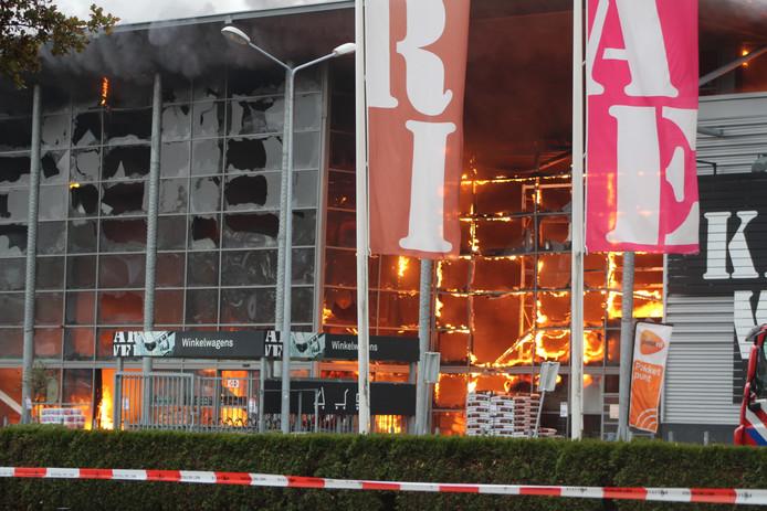 De complete gevel is al door de vlammen verwoest.