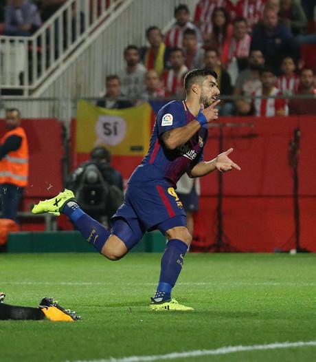 Eigen doelpunten en Suárez helpen Barça aan zege