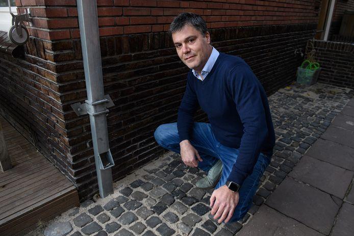 Jeroen van Dijk woont aan Deldenerstraat, een straat die helemaal op de schop ligt. Hij werkt mee aan een nieuw project: het hemelwater op zijn dak loopt via een pijp straks naar de bomen die voor de deur komen.