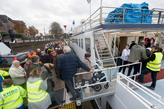 Vele vrijwilligers helpen de genodigden aan boord van de drie boten die de Rotary heeft gecharterd voor het uitje. Foto kevin hagens