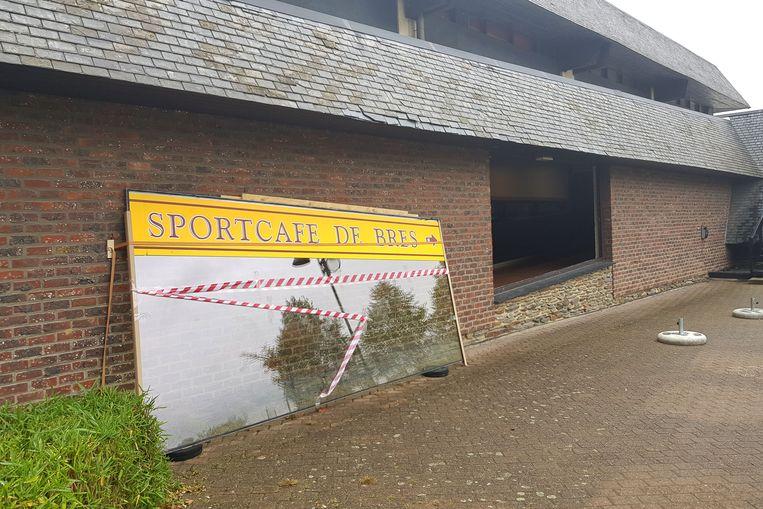 Een raam werd tijdelijk uit de gevel van sportcomplex De Bres gehaald, kwestie van een extra nooduitgang te creëren.