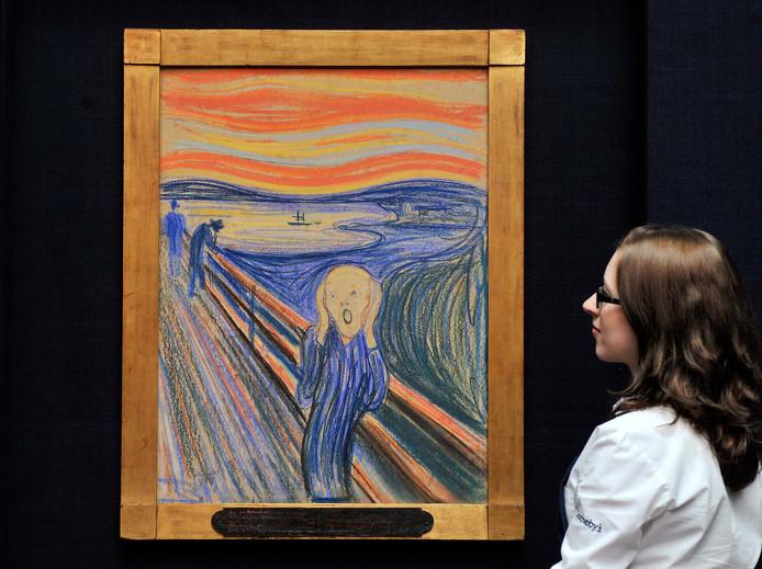 Een werknemer van Sotheby's naast een van de vier versies van De Schreeuw van Edvard Munch. Het schilderij werd in mei 2012 geveild in New York.