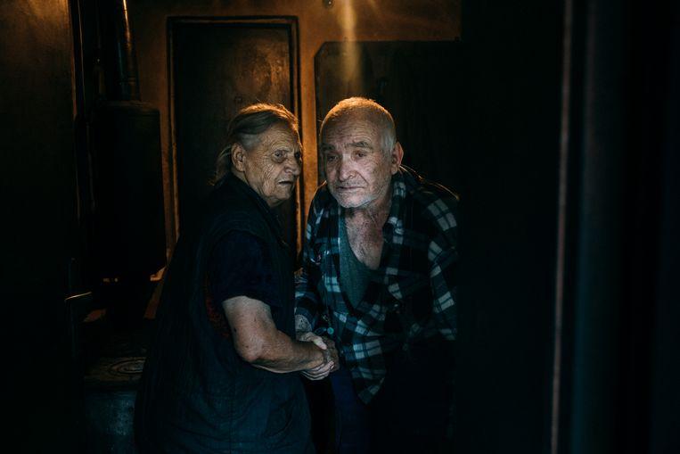 Boris Tsvetkov en Danka Tsvetkova in de deur van hun huis. Beeld Marlena Waldthausen