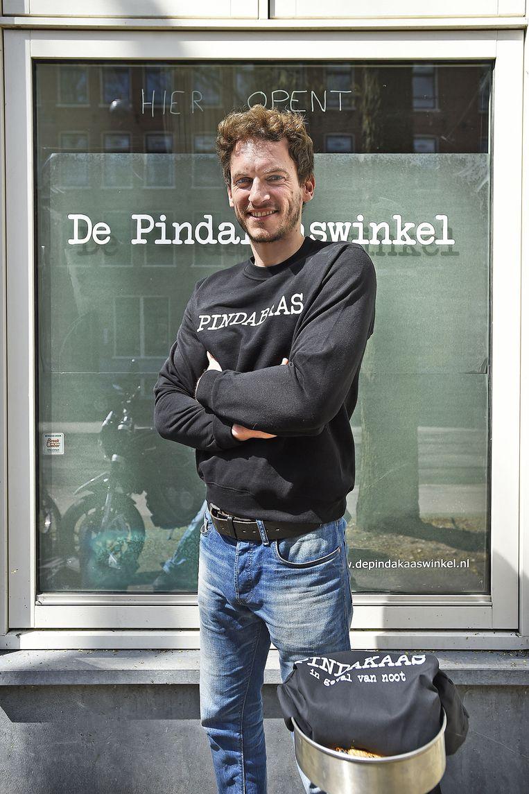 Michiel Vos voor zijn binnenkort te openen huiskamerwinkel. Beeld Guus Dubbelman/de Volkskrant