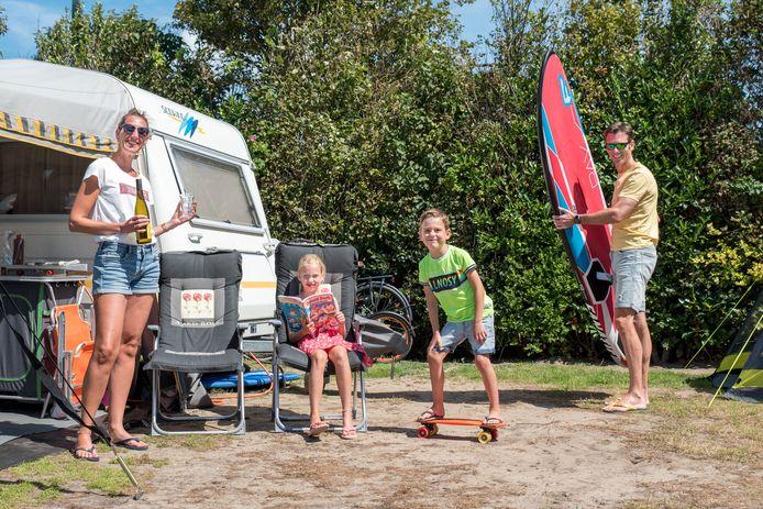 Karen, Daphne, Ralph en Aart op camping Julianahoeve in Renesse.