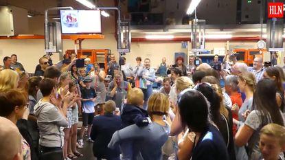 Niels (25) vraagt Tammy (24) ten huwelijk met flashmob in Colruyt