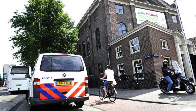 Een politiebusje bij de ingang van het Joods Historisch Museum. De politie in Amsterdam is nog waakzamer dan anders rond Joodse instellingen, een dag na de schietpartij in Brussel. Beeld anp