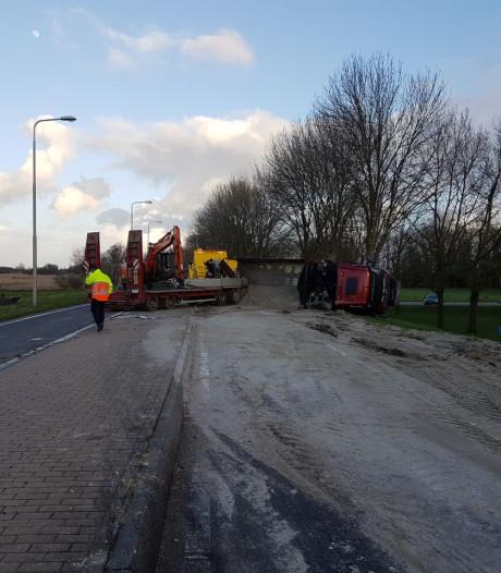 Vrachtwagen kantelt in Sint Jansklooster, wegdek bezaaid met zand