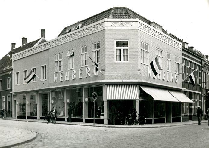 De winkel van Wehberg op de hoek van de Kerkstraat en Begijnenstraat in 1965.