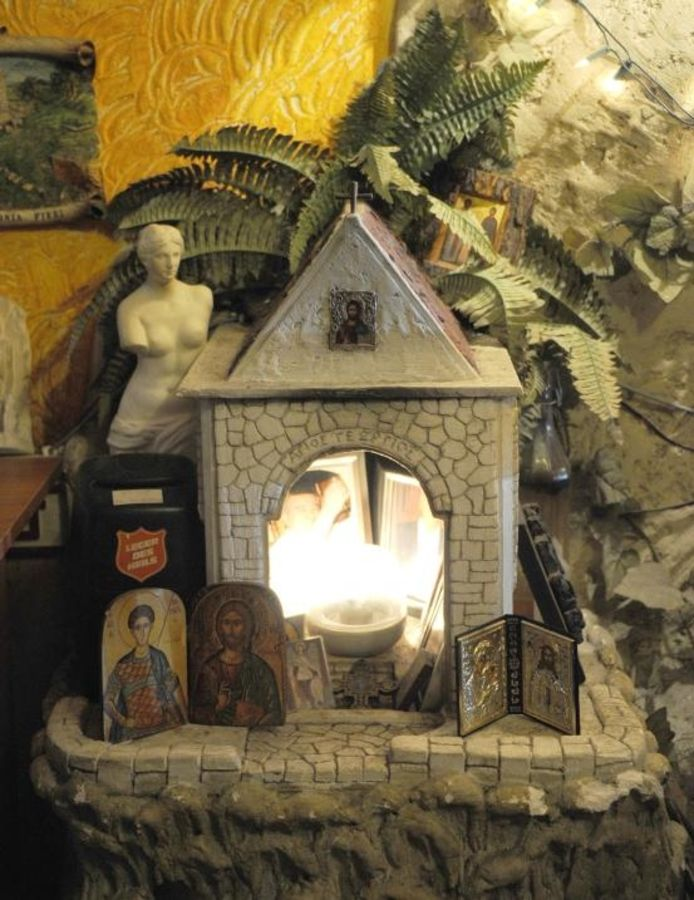 Het altaartje in restaurant. Saloniki. foto Willem Mieras