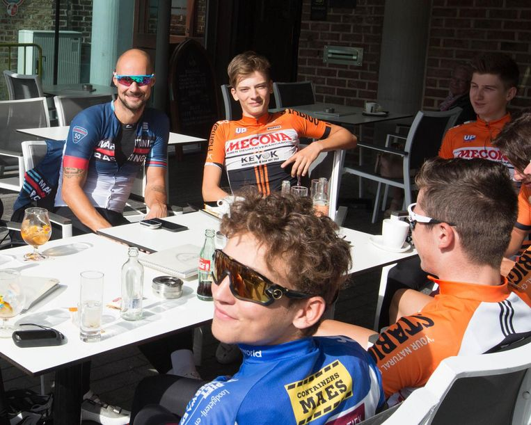 Na de inspanning, de ontspanning: Tom Boonen, Thibeau Vanhees (naast Boonen) en enkele fietsmakkers doen een terrasje.