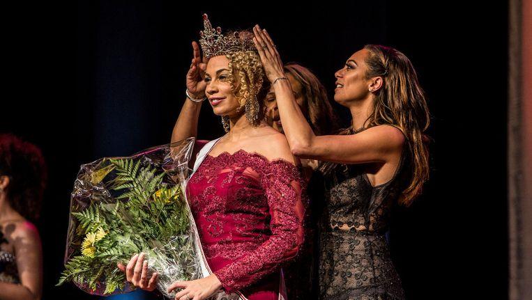 Ireda Nijboer wordt gekroond tot Miss Amsterdam. 'In Schagen noemden kinderen me witte negerin.' Beeld Amaury Miller