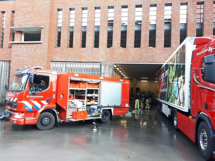 Brandweermannen pompen het laadstation leeg