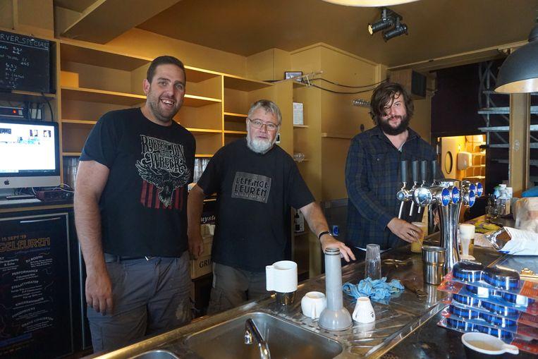 De opbouw van de 43ste editie van Leffingeleuren is in volle gang. Yves Bonte (centraal) test in café De Zwerver de tapkraan uit.