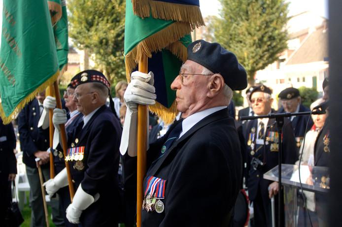 Een kranslegging bij het Airbornemonument aan de Kolonel Johnssonstraat in Veghel.