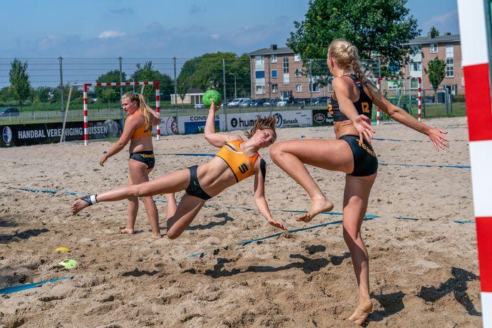 Training van het Nederlands vrouwen beachhandteam op de sportvelden van Handbalvereninging Huissen. Marit van Ede (5) en Claudia ter Wal (keepster). Training selectie Nederlands vrouwen beachhandbalteam.