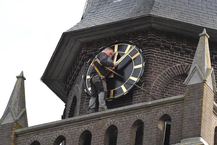 Werkzaamheden bij de kerk in Oploo.