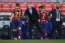 Ronald Koeman bedankt Frenkie de Jong voor zijn inzet in El Clásico.