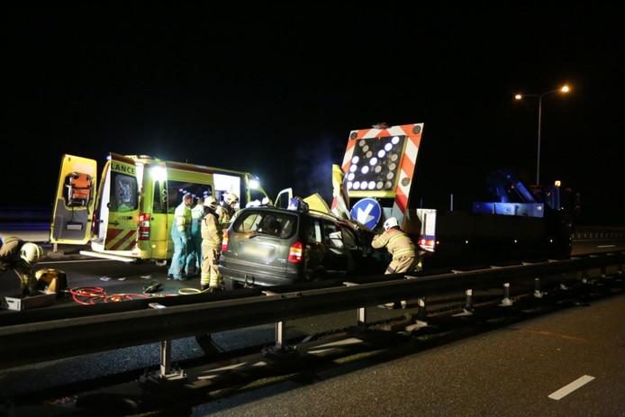 Op de Andrej Sacharovbrug in Arnhem reed een automobilist in op een pijlwagen.