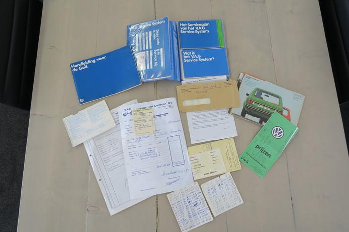 Naast hun handgeschreven kilometerregistratie overhandigden de boer en zus de autohandelaar ook alle originele autodocumenten van hun Golf 1 Diesel uit 1979.