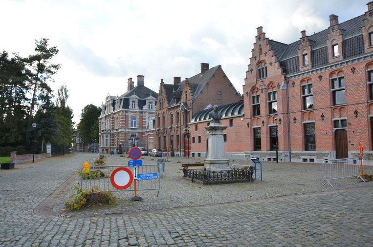 Het borstbeeld van voormalig burgemeester Auguste Lippens moet het even stellen zonder lindebomen.