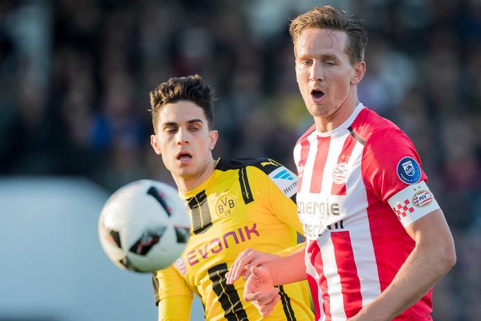 Luuk de Jong in duel met Borussia Dortmund-speler Marc Bartra.