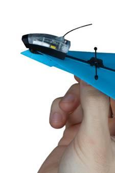 Duizenden trekken de knip voor papieren vliegtuigje