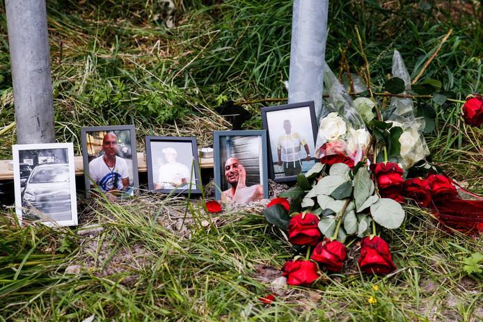 Bloemen en foto's op de plaats bij de A59 bij Made waar twee mensen verongelukten.