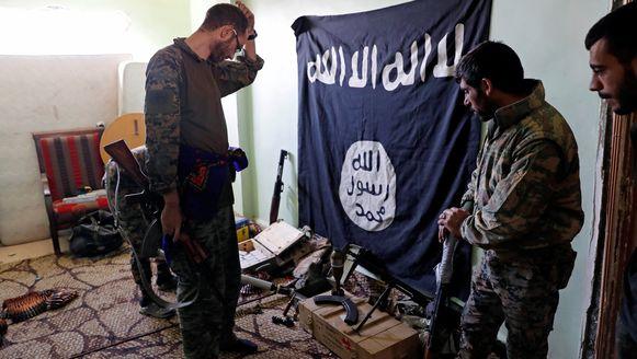 Strijders van de Syrische Democratische Strijdkrachten (SDF) inspecteren wapens en munitie tijdens een inbeslagname op 7 oktober in Raqqa.