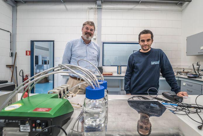 Adriaan Lieftinck (Mezt) en Jules van Lier (TU Delft) bij een laboratoriumversie van de stikstof killer. Van Lier promoveert binnenkort op de elektrodialysetechnogie die eronder ligt.