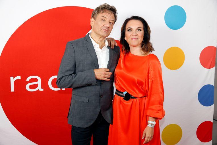 Bart Peeters en Siska Schoeters presenteren de show.