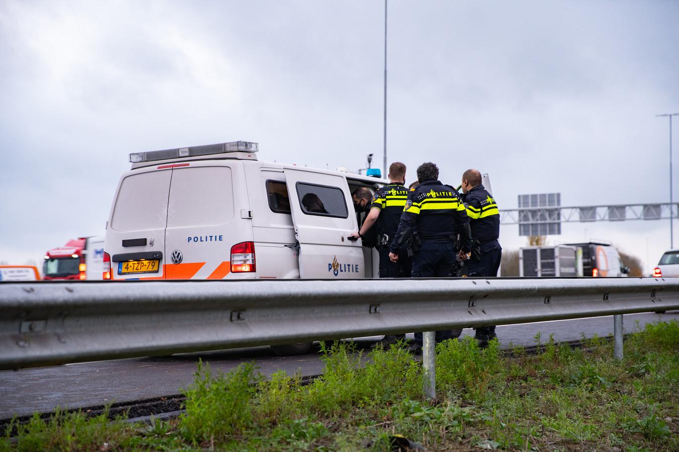 Na het gevecht op de vluchtstrook naast de A1 bij Deventer hield de politie een automobilist aan.